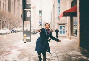 mulher na calçada em dia de neve